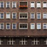 Ventanas Edificio con Morosos en una comunidad de propietarios