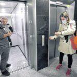 Personas en ascensores durante el covid-19